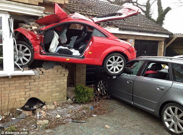 Audi fluturon mbi shtëpi