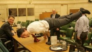 Kryeministri kanadez bën joga në zyrën e tij