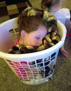 Vajza e vogël e shijon gjumin pamase